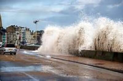La mer en colère à Saint-Malo : vidéo saisissante