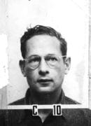 Photo en noir et blanc. Visage d'un homme portant des lunettes.