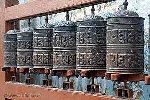 4347607-rang-e-de-moulins--pri-res-bouddhistes-au-stupa-bod