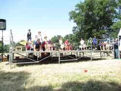 des clowns acrobates et jongleurs en CM