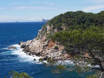 La Pointe des Engraviers. Au fond, on voit nettement le Bec de l'Aigle et, plus loin, l'île Riou et même l'île Maire