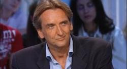 Roger Auque en 2004, sur le plateau de Thierry Ardisson (INA)