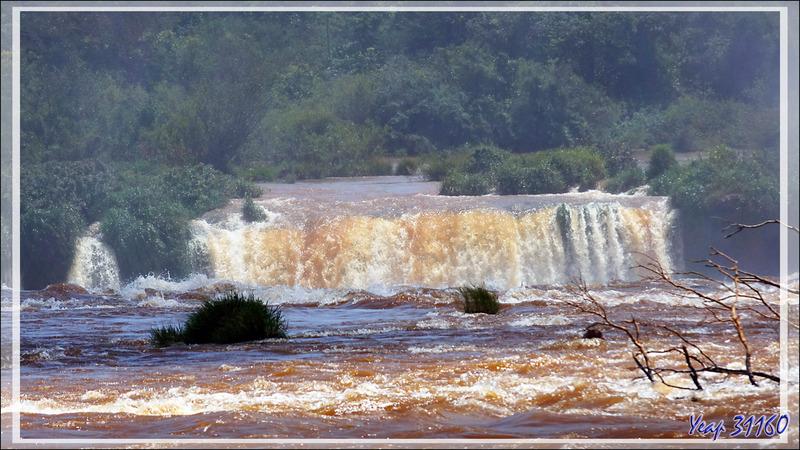 La zone de la Gorge du Diable (Garganta del Diablo) vue du restaurant Porto Madeira - Foz do Iguaçu - Brésil