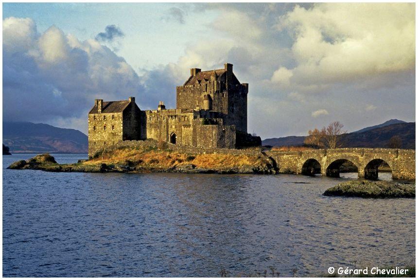 Eilean Donan,  son château et son pont, baignée par les eaux du loch Duich.