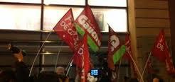 Perte du triple A, manif du front de gauche devant Standard & Poor's avec Francois Delapierre