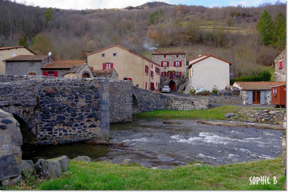 Le pont de Saurier (63) en hiver .