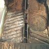 on aperçoit en haut a droite la réparation d'une cuvette de plancher par un sandwich de métal
