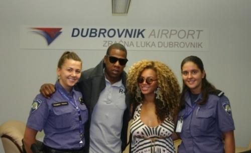 Beyonce prend une photo avec la police de l'aéroport de Croatie