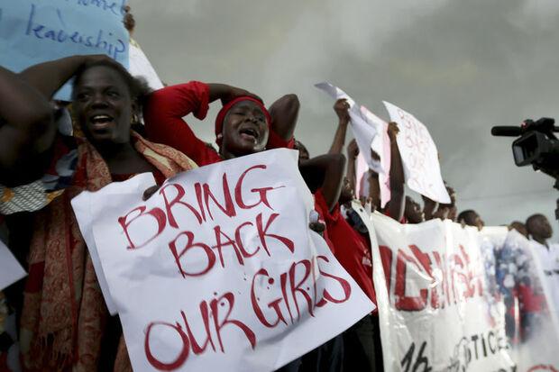 Le 30 avril 2014, des femmes manifestent à Abuja, la capitale du Nigeria, pour réclamer le retour des 219 lycéennes enlevées par Boko Haram à Chibok.