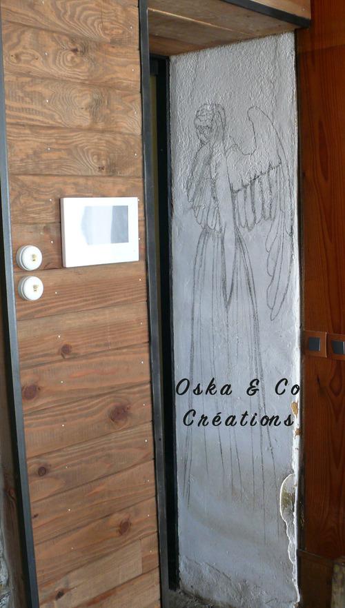 Tableau d'ange pleureur peint à même le mur