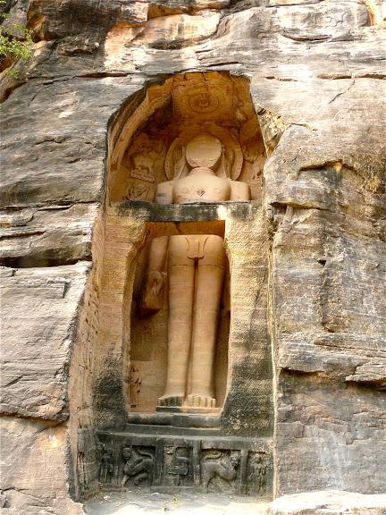 à Gwalor, les Sculptures des Thirthankaras jaïns taillées dans le roc;