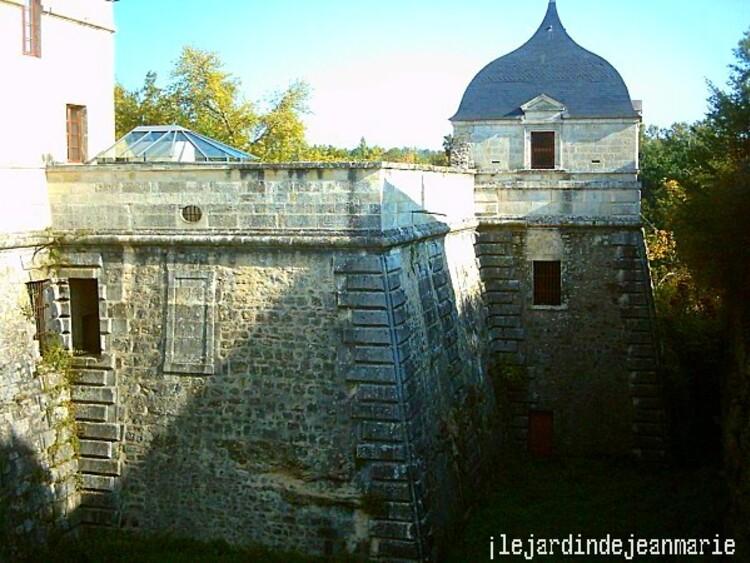 À 35 km de Bordeaux, dominant la Garonne et la bastide de Cadillac, visitez le château des ducs d'Épernon