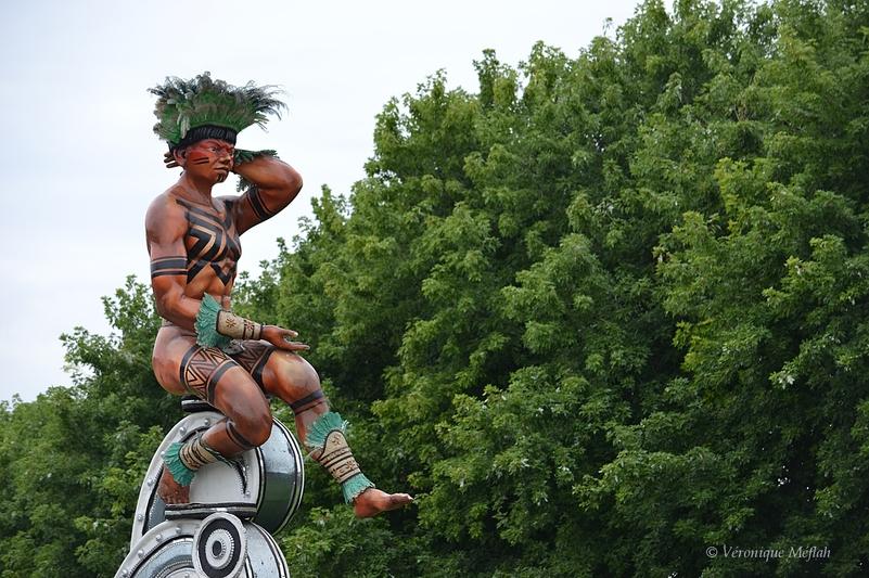 Parc de la Villette, Paris 19ème : Totems du Carnaval de Rio. Fin