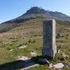 Au col de Zizkuitz Ouest (670 m) la borne frontière 22 devant La Rhune