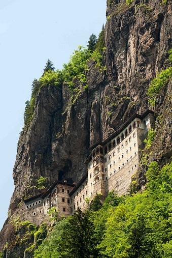 Le monastère à flanc de montagne ...
