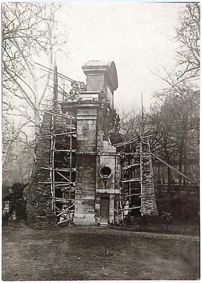 La fontaine Médicis du jardin du Luxembourg protégée contre les bombardements entre 1914 et 1918 (photographie de Charles Lansiaux [1855-1939]. Musée Carnavalet).
