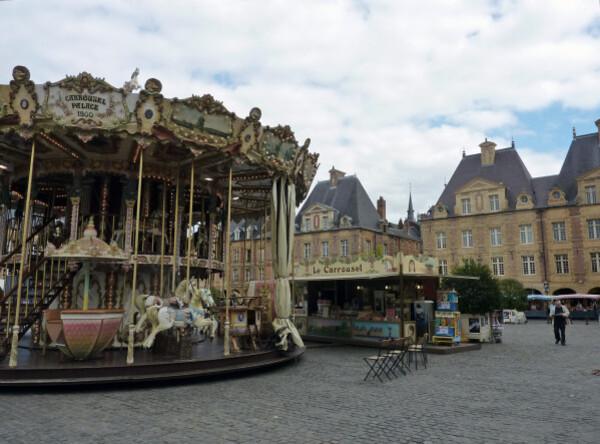 La-Place-ducale-avec-le-manege.jpg