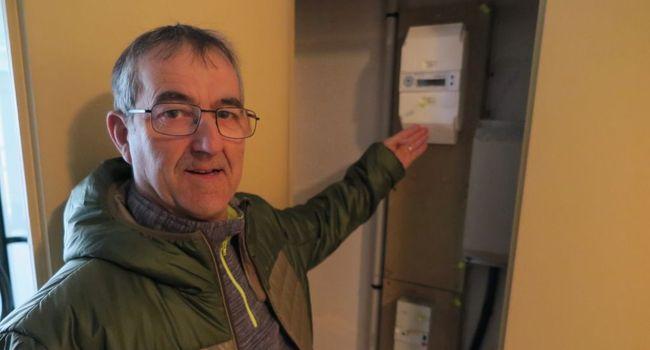 Philippe Brethes, du collectif Stop Linky 47, devant le compteur ancienne génération remis à la place du Linky, jeudi dernier./ Photo DDM, F. P.