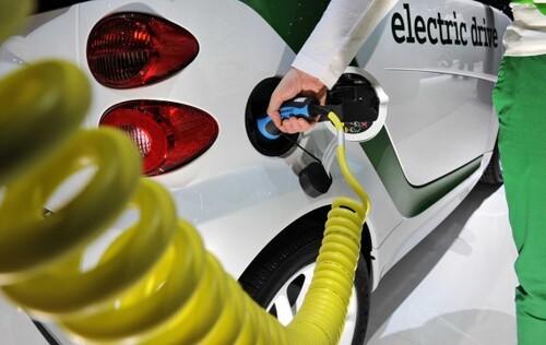 - La voiture électrique est une vaste fumisterie ! Vive l'essence !