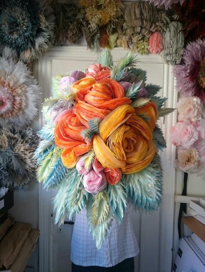 L'artiste crée des fleurs en papier de soie surdimensionnées qui appartiennent à un paysage de rêve de couleur bonbon Par Sara Barnes le 13 mars 2020