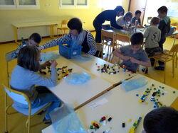 Le matin: réaliser une construction avec 100 Lego