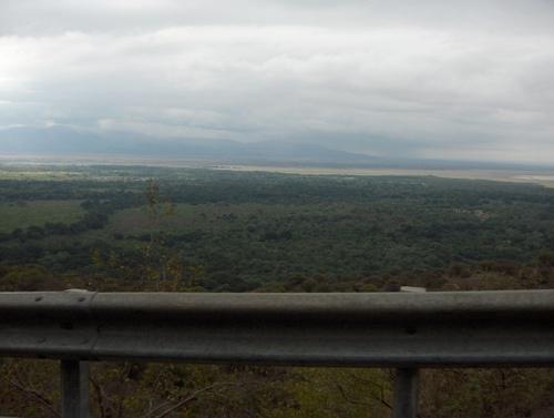 Le lac Manyara vu depuis la route qui monte sur l'escarpement de la vallée du Rift