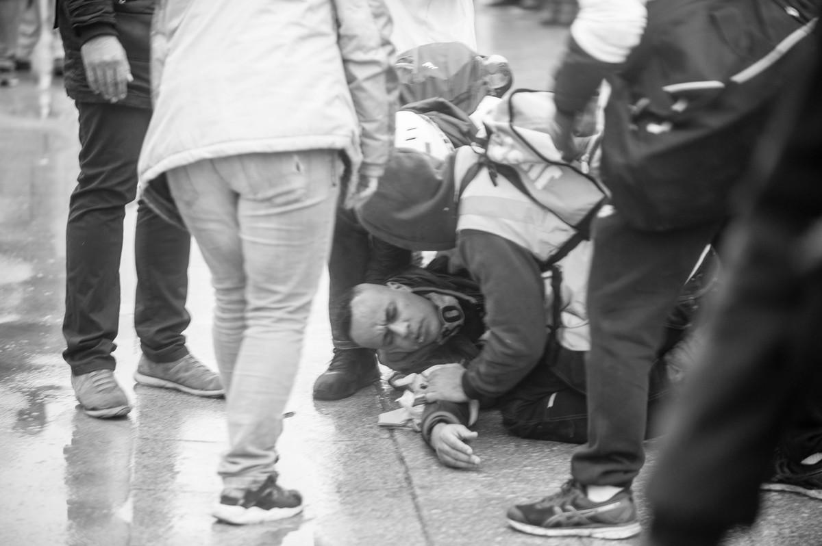 Blessé par un tir de LBD derrière les Invalides - © Reflets