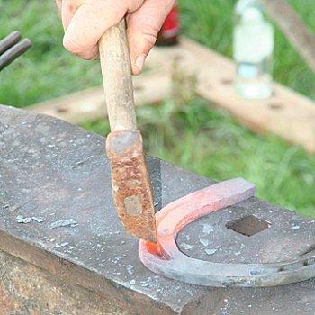 le maréchal-ferrant forge les fers des chevaux à leur taille.