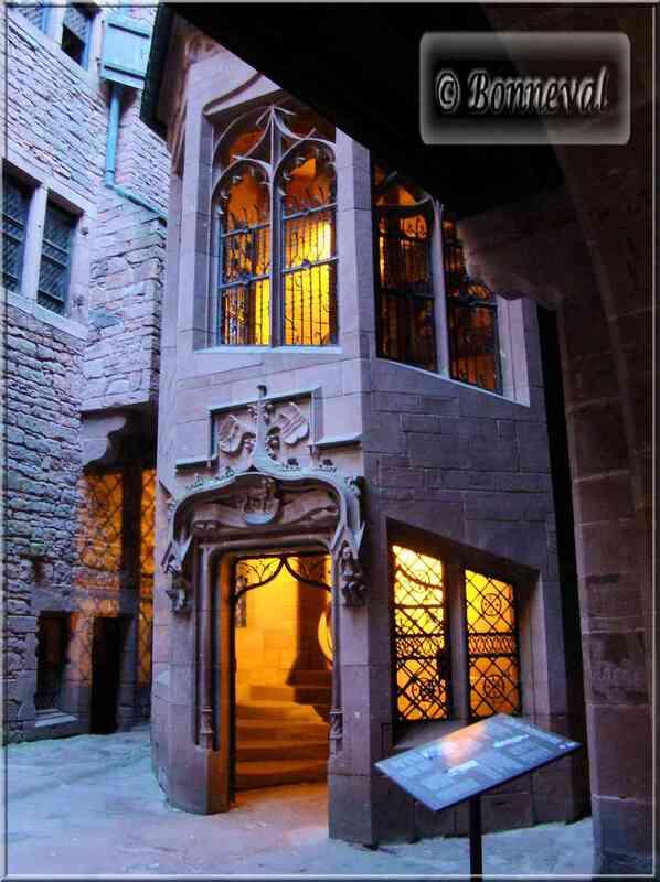 Alsace Haut-Koenigsbourg Escalier Polygonal Suivez le Guide