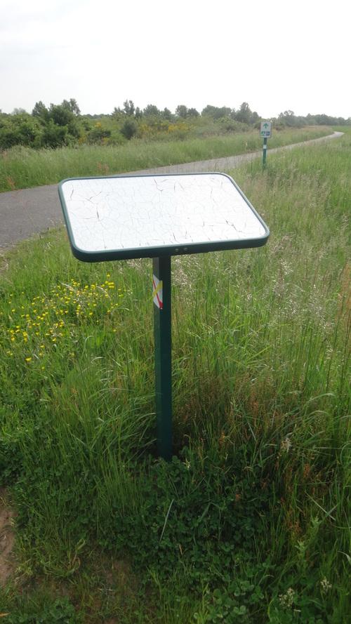 Lire l'illisible (à propos des panneaux d'information sur la faune ligérienne le long du parcours de la Loire à vélo près de Sully)