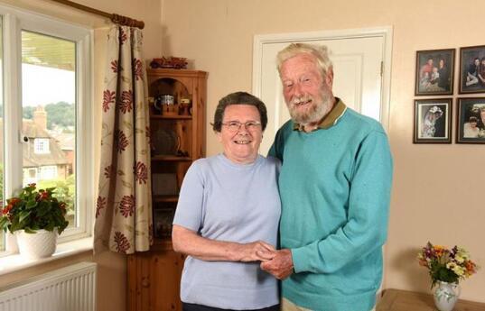 """Un couple britannique qui a accueilli plus de 600 enfants a pris sa  """"retraite"""""""