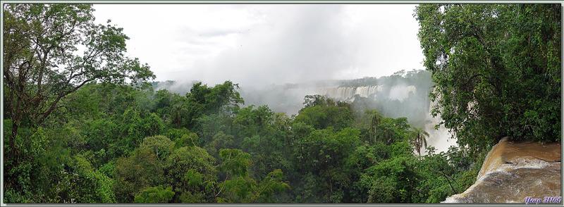 """Toujours sous la pluie, les chutes d'Iguazu vues du """"Circuito Superior"""" - Puerto Iguazu - Argentine"""
