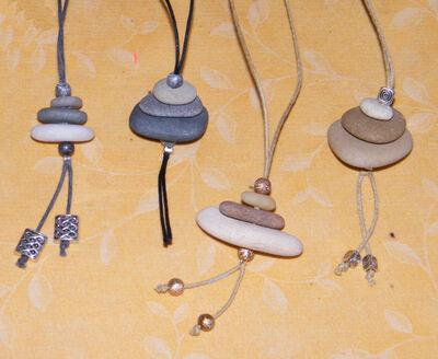 Petits cairns en collier