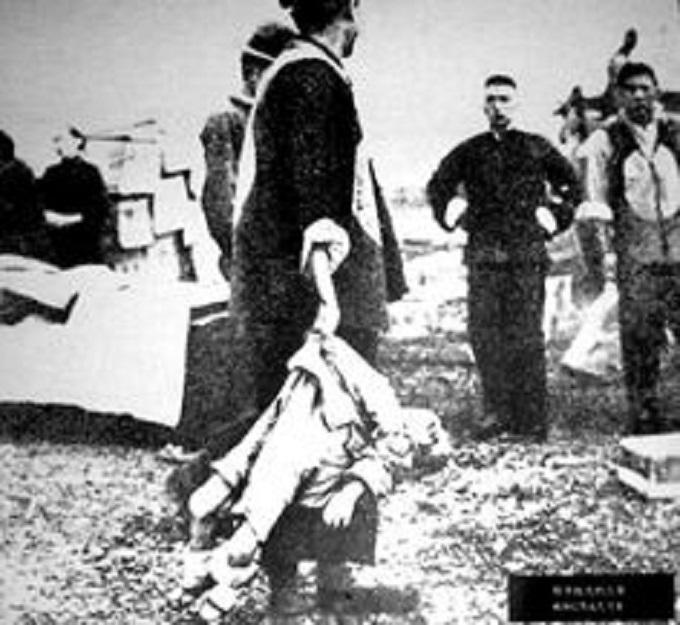 un soldat japonais jetant un petit enfant