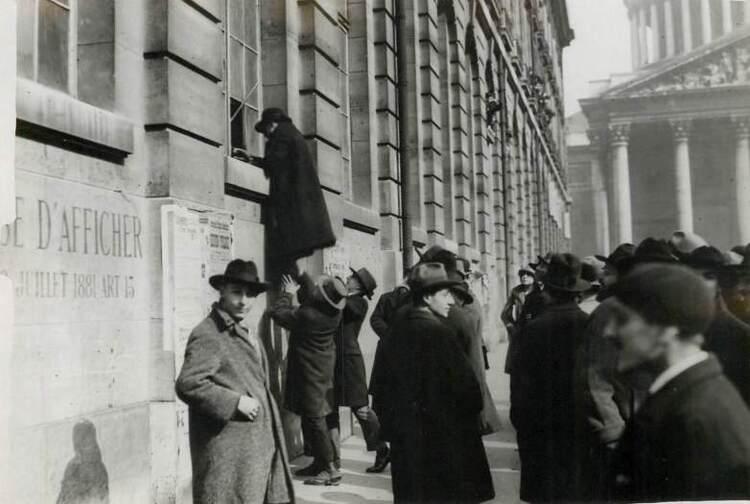 Intrusion de manifestants dans la Faculté de Droit de Paris par les fenêtres donnant sur la rue Soufflot.
