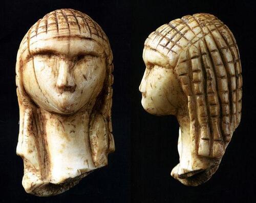 —- Source Wikipedia : La Dame de Brassempouy ou Dame à la capuche _ Gravettien _ 29 à 22 000 ans Base Present - la plus ancienne représentation humaine connue - image/photo pouvant être protégée par Copyright —-