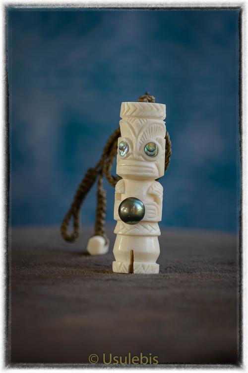 Pendentif tiki en os serti d'une perle noire de Tahiti
