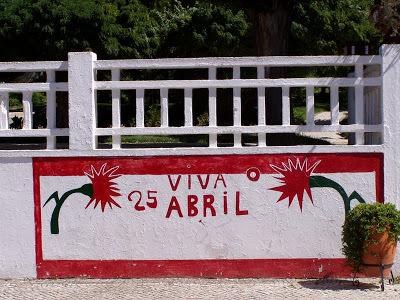 800px-Coruche mural 25 Abril