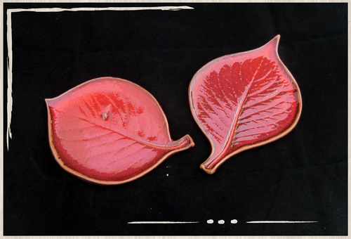 Feuilles rouges en céramique