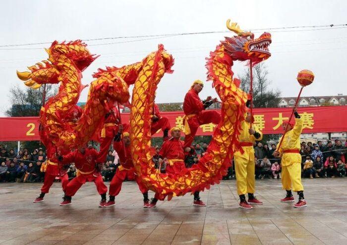 Danse du dragon pour accueillir le Nouvel An lunaire à Chenzhou, Chine, 2017