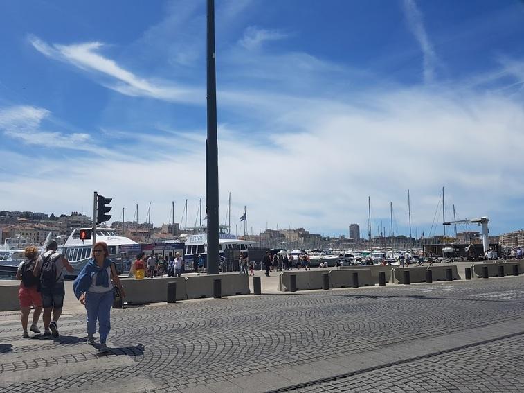 MARSEILLE - Mamiekéké se promène sur le Vieux Port .