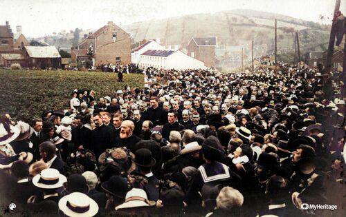 Funérailles du Père (photo colorisée par MyHeritage)