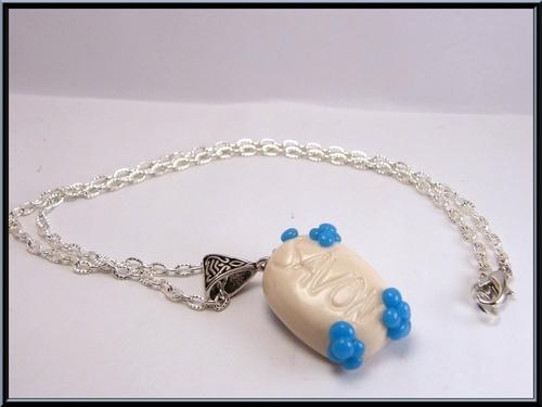 Parure collier et boucles savonettes en pâte fimo et perle en verre.