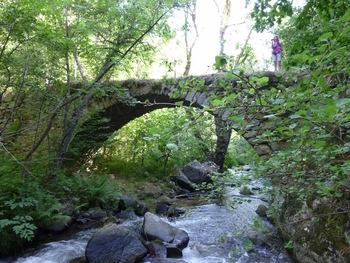 Le sentier traverse la Tet sur ce vieux pont