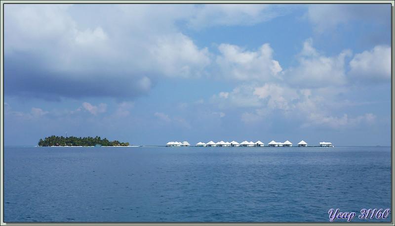 Premier regard sur notre île-hôtel Athuruga lors de l'amerrissage - Atoll d'Ari - Maldives