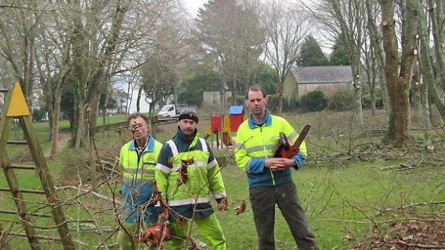 L'équipe spécialisée élagage (François, Gilbert et Dominique) des services techniques procède actuellement à la sécurisation des arbres dans le parc de Kérobistin.