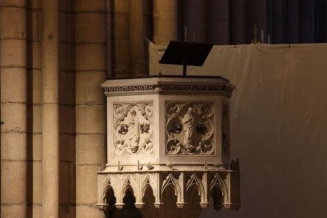 Chaire monumentale de pierre, au style hésitant entre gothique flamboyant et renaissance