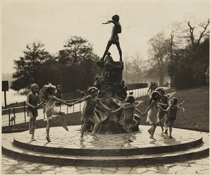 """""""All children grow up....except one.""""statue de Peter Pan"""