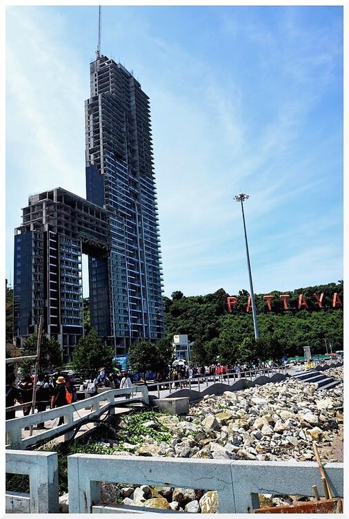 Building devant le port de Pattaya. Thaïlande.
