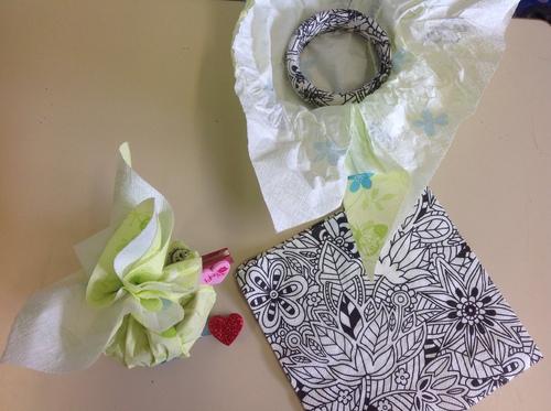 Bracelet en bois avec serviette collée